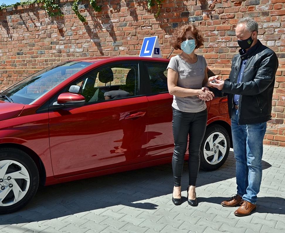 Ilustracja do informacji: Powiat przekazał szkole nowy samochód